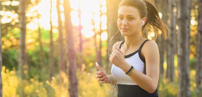joggende junge Frau im Wald